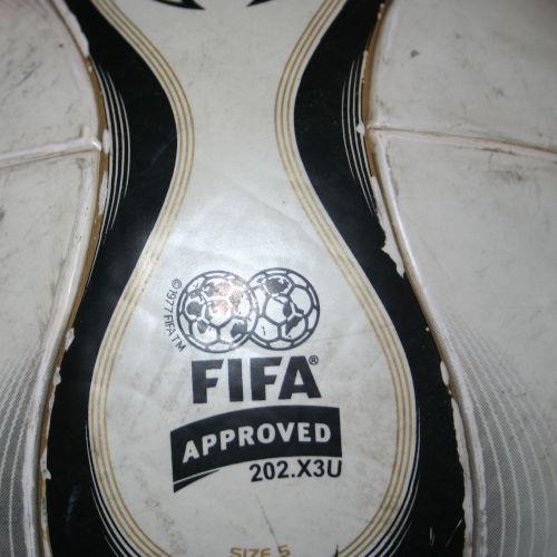 "Ganz altes ""FIFA Quality Pro""-Siegel vom Teamgeist Official Matchball 2006"