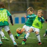 Kinder F-Jugend spielen Fußball